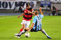 ATENCAO EDITOR: FOTO EMBARGADA PARA VEÍCULOS INTERNACIONAIS. - RIO DE JANEIRO, RJ, 16 DE SETEMBRO DE 2012 - CAMPEONATO BRASILEIRO - FLAMENGO X GREMIO - Leo Moura, jogador do Flamengo, durante partida contra o Gremio, pela 25a rodada do Campeonato Brasileiro, no Stadium Rio (Engenhao), na cidade do Rio de Janeiro, neste domingo, 16. FOTO BRUNO TURANO BRAZIL PHOTO PRESS
