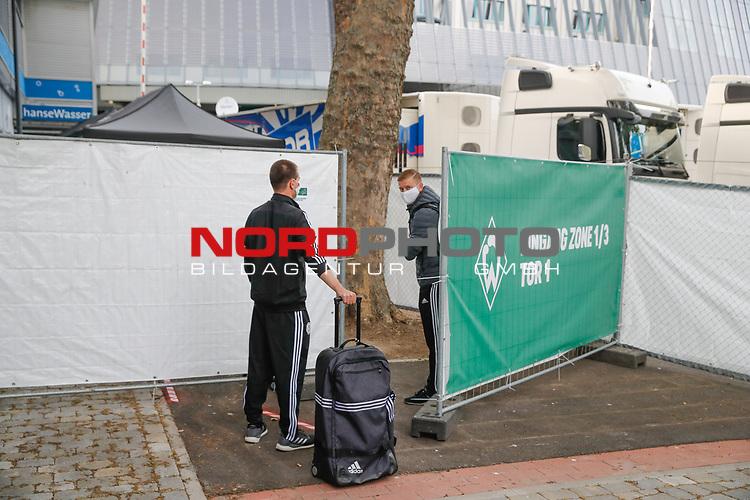 nphgm001: Impressionen rund um das erste  Geisterspiel in der Geschichte des 1. Werder Bremen am Montagabend<br /> <br /> im Bild: Die Schiedsrichter vor dem Gesundheits Check.<br /> <br /> Sport: Fussball: 1. Bundesliga: Saison 19/20: <br /> Werder Bremen vs Bayer04 Leverkusen 18.05.2020<br /> <br /> Nur für journalistische Zwecke! Only for editorial use!<br /> <br /> DFL regulations prohibit any use of photographs as image sequences and/or quasi-video.<br /> <br /> Foto ©   nordphoto / gumzmedia / Stoever