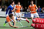 UTRECHT - Florian Fuchs (Bldaal) brengt de stand op 1-2 tijdens de hockey hoofdklasse competitiewedstrijd heren:  Kampong-Bloemendaal (3-3). links Sjoerd de Wert (Kampong) UNITED PHOTOS/ KOEN SUYK
