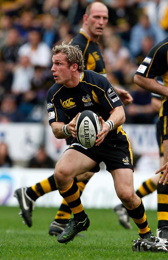 Photo: Richard Lane/Richard Lane Photography..London Wasps v Gloucester Rugby. Guinness Premiership. 04/05/2008. Wasps' Mark McMillan passes.
