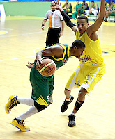 BUCARAMANGA -COLOMBIA, 06-05-2013. Fernández Cantillo (I) de Búcaros disputa el balón con Stalin Ortiz (D) de Bambuqueros durante partido de la fecha 11 fase II de la  Liga DirecTV de baloncesto Profesional de Colombia realizado en el coliseo Vicente Díaz Romero en Bucaramanga./  Fernandez Cantillo (L) of Bucaros fights for the ball with Bambuqueros player Stalin Ortiz (R) during match of the 11th date phase II of  DirecTV professional basketball League in Colombia at Vicente Diaz Romero coliseum in Bucaramanga. Photo: VizzorImage / Jaime Moreno / STR