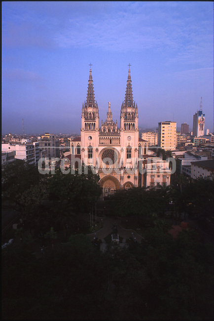 Catedral  Guayaquil, sobre el rio Guayas, principal puerto de Ecuador y ciudad mas grande del pais *Guayaquil  Cathedral, the city on the shore of the Guayas river, the main harbor and the largest city of the country.*Ville de Guayaquil. +urbanisme, mer, tourisme, paysage