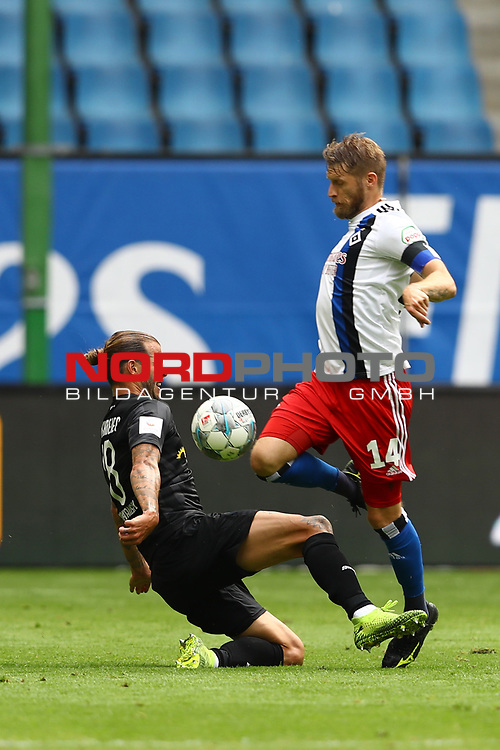 Hamburgs Aaron Hunt und Sandhausens Dennis Diekmeier beim Spiel Hamburger SV gegen den  SV Sandhausen in Hamburg / 280620<br />