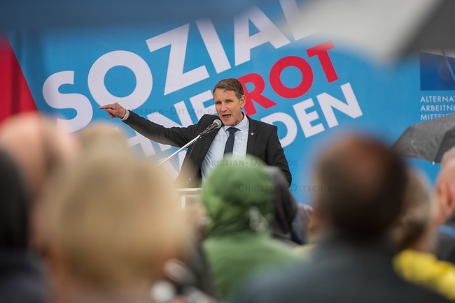 AfD-Kundgebung in Potsdam.<br /> Ca. 70 AfD-Anhaenger kamen am Samstag den 9. September 2017 zu einer Wahlveranstaltung der rechtsnationalistischen &quot;Alternative fuer Deutschland&quot;, AfD. Unter den Teilnehmern waren u.a. Neonazis die &quot;Patrioten Cottbus&quot; oder die sog. &quot;Schwarze Sonne&quot;, ein Zeichen der SS auf ihren Jacken trugen. Offiziell hatte die AfD die Kundgebung als Gruendung einer rechten Gewerkschaft namens &quot;Alternativer Arbeitnehmerverband Mitteldeutschland&quot; (Alarm) in Brandenburg deklariert.<br /> 500 Menschen protestierten friedlich gegen die Veranstaltung.<br /> Im Bild: Bjoern Hoecke, AfD-Fraktionsvorsitzender im Thueringer Landtag.<br /> 9.9.2017, Potsdam<br /> Copyright: Christian-Ditsch.de<br /> [Inhaltsveraendernde Manipulation des Fotos nur nach ausdruecklicher Genehmigung des Fotografen. Vereinbarungen ueber Abtretung von Persoenlichkeitsrechten/Model Release der abgebildeten Person/Personen liegen nicht vor. NO MODEL RELEASE! Nur fuer Redaktionelle Zwecke. Don't publish without copyright Christian-Ditsch.de, Veroeffentlichung nur mit Fotografennennung, sowie gegen Honorar, MwSt. und Beleg. Konto: I N G - D i B a, IBAN DE58500105175400192269, BIC INGDDEFFXXX, Kontakt: post@christian-ditsch.de<br /> Bei der Bearbeitung der Dateiinformationen darf die Urheberkennzeichnung in den EXIF- und  IPTC-Daten nicht entfernt werden, diese sind in digitalen Medien nach &sect;95c UrhG rechtlich geschuetzt. Der Urhebervermerk wird gemaess &sect;13 UrhG verlangt.]