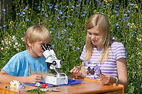 Kind, Kinder mit Binokular im Garten, Stereolupe, Lupe, betrachten