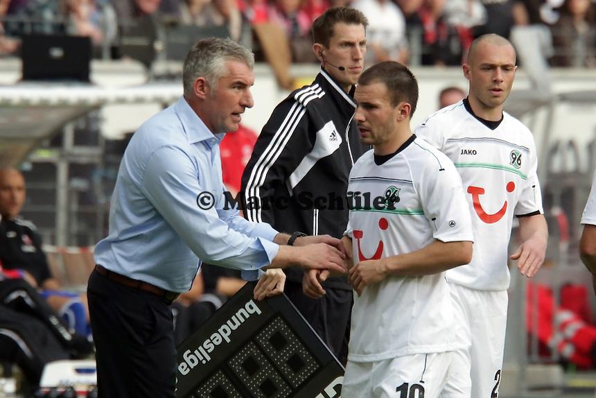 Trainer Mirko Slomka (Hannover) gibt Mohammed Abdellaoue Anweisungen