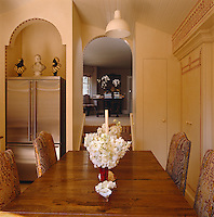 A short flight of steps connects the eating area in the kitchen with the library/dining room