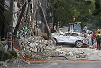 MEX60. CIUDAD DE MÉXICO (MÉXICO), 19/09/2017.- Vista general de los daños causados a unos edificios y aun vehículo en Ciudad de México (México), hoy, martes 19 de septiembre de 2017, tras un sismo de magnitud 7,1 en la escala de Richter, que sacudió fuertemente el centro del país y causó escenas de pánico justo cuanto se cumplen 32 años de poderoso terremoto que provocó miles de muertes. Las autoridades mexicanas elevaron hoy a 196 la cifra de víctimas mortales por el terremoto de magnitud 7,1 que sacudió el centro del país, mientras que los servicios de emergencia continúan con las labores de rescate en las zonas afectadas. EFE/Mario Guzmán