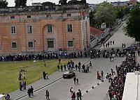 Dopo 25 anni il parco della Reggia di Caserta riapre al pubblico in occasione della Pasquetta<br /> La fila per l'ingresso