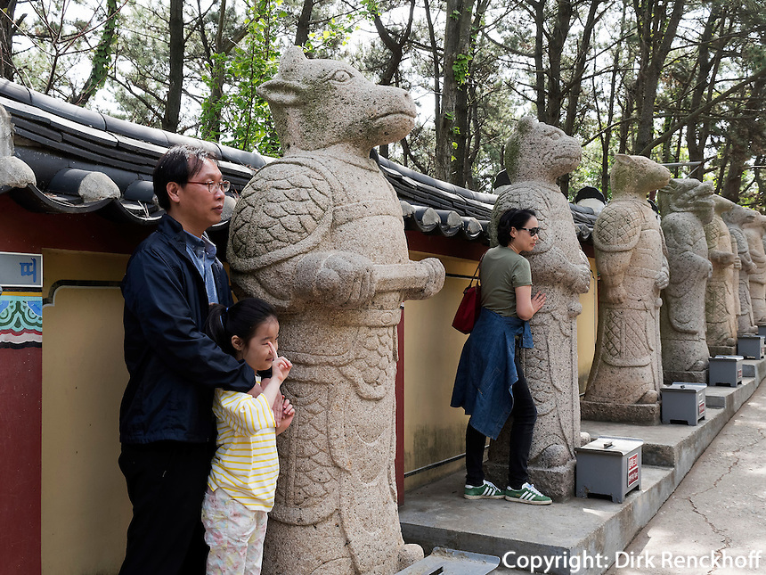 Steinfiguren am Aufgang zum Buddhistischen Tempel Haedong Yonggungsa, Busan, Gyeongsangnam-do, S&uuml;dkorea, Asien<br /> stone sculpturs at buddhist temple Haedong Yonggungsa, Busan,  province Gyeongsangnam-do, South Korea, Asia