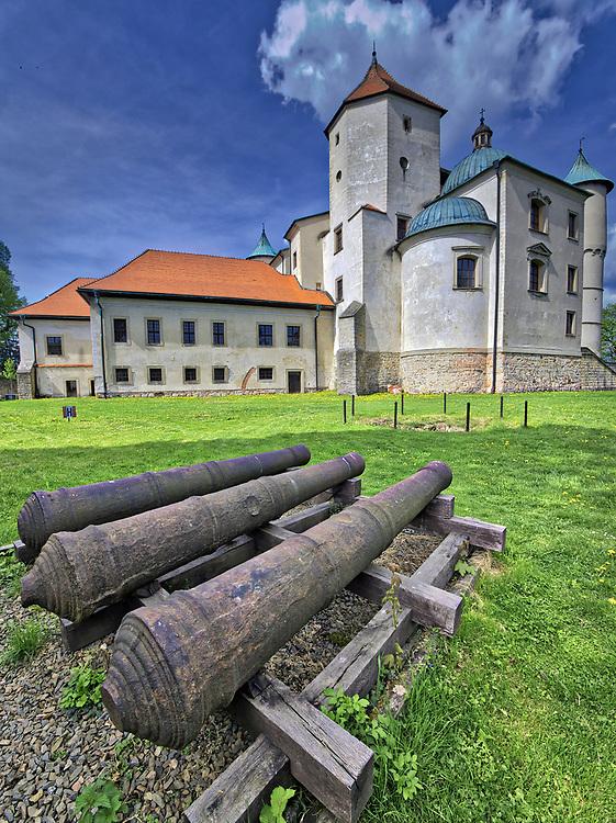 Dzieła armatnie na dziedzińcu wiśnickiego zamku