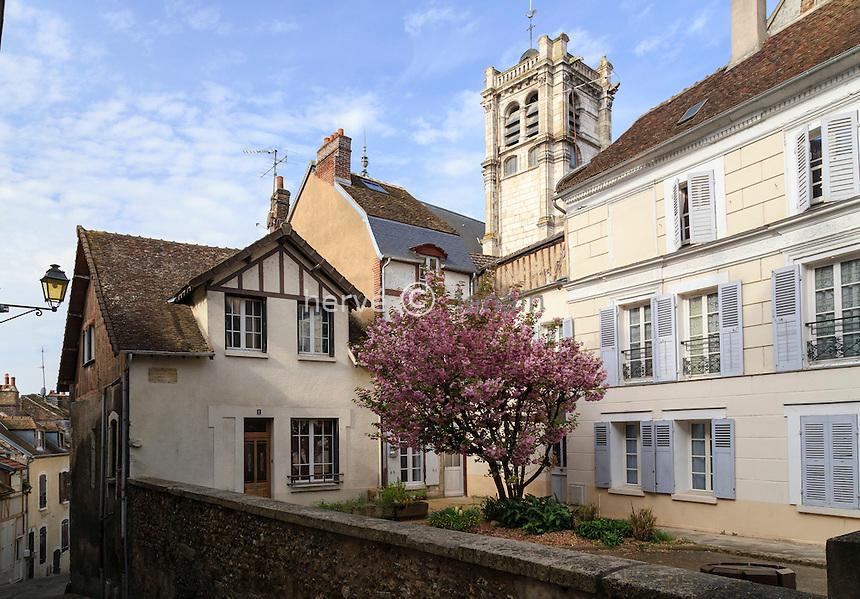 France, Yonne (89), Joigny, place des Innocents et clocher de l'église Saint-Thibault // France, Yonne, Joigny, Innocents square