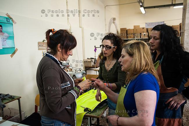"""Trani - Carcere femminile. La sartoria dove le detenute lavorano al marchio """"Made in Carcere"""". Luciana delle Donne la fondatrice con alcune detenute."""