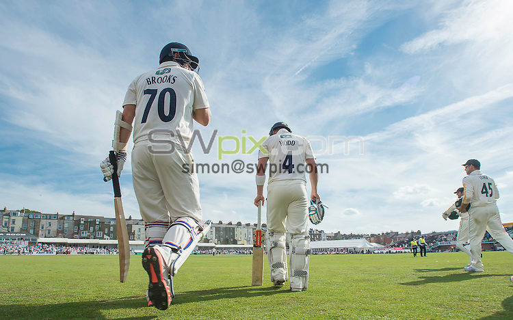 Picture by Allan McKenzie/SWpix.com - 23/08/2016 - Cricket - Specsavers County Championship - Yorkshire County Cricket Club v Nottinghamshire County Cricket Club - North Marine Road, Scarborough, England - Jack Brooks and Andrew Hodd continue their innings.
