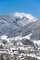 Deutschland, Bayern, Oberbayern, Chiemgau, Ruhpolding mit Pfarrkirche St. Georg und Hochfelln (1.671 m) | Germany, Bavaria, Upper Bavaria, Chiemgau, Ruhpolding with parish church St. Georg and Hochfelln mountain (1.671 m)