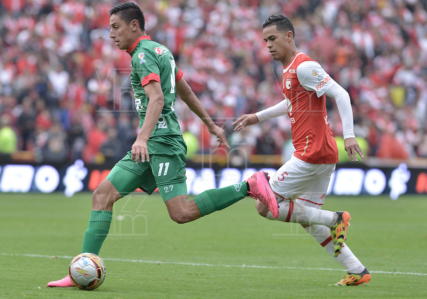 BOGOTÁ -COLOMBIA, 02-04-2016. Yulian  Anchico (Der.) jugador de Santa Fe disputa el balón con Mauricio Gomez (Izq.) jugador de Patriotas durante partido entre Independiente Santa Fe y Patriotas FC por la fecha 11 de la Liga Aguila I 2016 jugado en el estadio Nemesio Camacho El Campin de la ciudad de Bogota.  / Yulian  Anchico (R) player of Santa Fe struggles for the ball with Mauricio Gomez (L) player of Patriotas during match between Independiente Santa Fe and Patriotas FC for date 11 of the Liga Aguila I 2016 played at the Nemesio Camacho El Campin Stadium in Bogota city. Photo: VizzorImage/ Gabriel Aponte / Staff