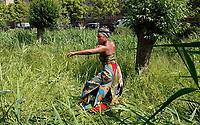 Nederland  Amsterdam - juni 2019. Parlement Debout in de Bijlmer. Een theatrale parade door Amsterdam-Zuidoost van Faustin Linyekula. Een optocht met dansers, een fanfare en sapeurs (Congolezen met stijl) langs uiteenlopende locaties. Geïnspireerd op Les Parlementaires Debout, mannen in Congo die op straat commentaar geven op het nieuws om de discussie aan te gaan. De voorstelling is onderdeel van Holland Festival.    Foto mag niet in negatieve / schadelijke context gepubliceerd worden.   Foto Berlinda van Dam / Hollandse Hoogte