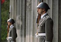 - East Berlin, watch to Mausoleum of the Heroes....- Berlino Est, guardia al Mausoleo degli Eroi