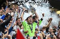 FUSSBALL  CHAMPIONS LEAGUE  FINALE  SAISON 2013/2014  24.05.2013 Real Madrid - Atletico Madrid JUBEL Real Madrid; Sergio Ramos,Torwart Iker Casillas mit Pokal und Pepe (v.li.)