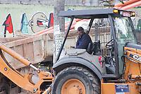 SÃO PAULO, SP, 05.05.2015 - OBRA-PÚBLICA - Operários realizam troca de tubulação na Avenida Corifeu de Azevedo Marques no bairro do Butantã na região oeste da cidade de São Paulo na tarde dessa terça-feira, 05. ( Foto : Kevin David / Brazil Photo Photo)