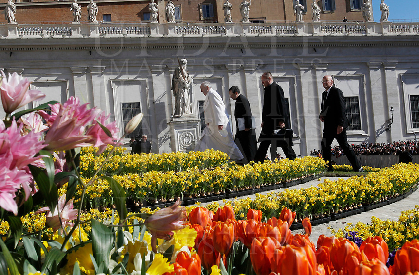 Papa Francesco arriva all'udienza generale del mercoledi' in Piazza San Pietro, Citta' del Vaticano, 19 aprile, 2017.<br /> Pope Francis arrives to lead his weekly general audience in St. Peter's Square at the Vatican, on April 19 2017.<br /> UPDATE IMAGES PRESS/Isabella Bonotto<br /> <br /> STRICTLY ONLY FOR EDITORIAL USE