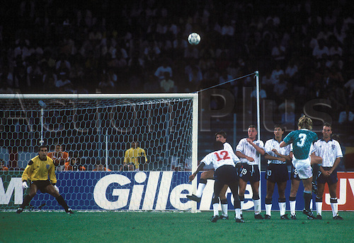 Andreas Brehme (BR Germany, 2.v.re.)  encounters Peter Shilton goal to the 1:0,  Paul Parker (12) and in the wall, Peter Beardsley, Paul Gascoigne, Gary Lineker and David flat (all England).  World Cup Semi Final England v Germany, 4th July 1990.
