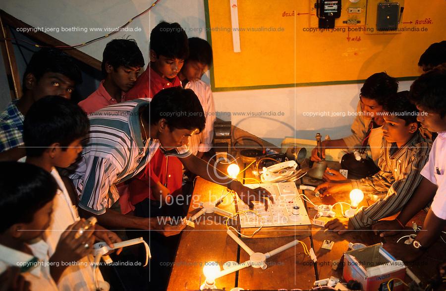 INDIA, Tirupur in Tamil Nadu, vocational training for former childlabourer at Don Bosco centre , electrician class / INDIEN Tamil Nadu Sirupur, Ausbildung fuer ehemalige Kinderarbeiter aus der Textilindustrie Strassenkinder Kinder und Jugendliche im Zentrum von Don Bosco , Elektriker Ausbildung