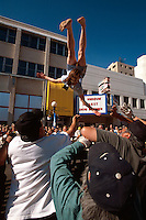 USA, Alaska, BLanket-Tossing beim Midnight-Festival  in Fairbanks