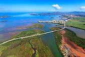 Embouchure de la Dumbéa, route territoriale RT1 reliant Nouméa à Païta, Nouvelle-Calédonie