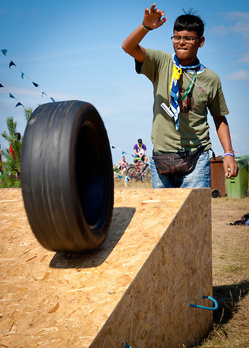 Scout from Western Asia is bowling with an old car wheel in Quest. Photo: André Jörg/ Scouterna