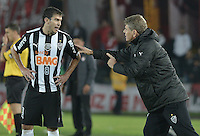 BOGOTÁ-COLOMBIA-03-04-2014. Paulo Autuori técnico de Atlético Mineiro de Brasil da instrucciones a Leandro Donizete (Izq) durante partido de vuelta contra Independiente Santa Fe de Colombia por la primera fase, llave G4, de la Copa Bridgestone Libertadores en el estadio Nemesio Camacho El Campin, de la ciudad de Bogota. / Paulo Autuori  of Atletico Mineiro of Brazil gives directions to Leandro Donizete (L)  during match for the second leg against Independiente Santa Fe de Colombia for the first phase, G4 key, of the Copa Bridgestone Libertadores in the Nemesio Camacho El Campin in Bogota city.  Photo: VizzorImage/ Gabriel Aponte /Staff