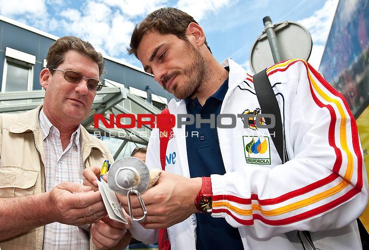28.05.2010, Flughafen, Innsbruck, AUT, FIFA Worldcup Vorbereitung, Ankunft Spanien, im Bild Iker Casillas,  Foto: nph /  J. Groder *** Local Caption *** Fotos sind ohne vorherigen schriftliche Zustimmung ausschliesslich f&uuml;r redaktionelle Publikationszwecke zu verwenden.<br /> <br /> Auf Anfrage in hoeherer Qualitaet/Aufloesung