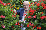 Foto: VidiPhoto<br /> LEERSUM - Arnoud Oortwijn van Oase Lease uit Leersum tussen zijn bloemenpiramides. Volgens hem neemt -naast de biodiversiteit- de leefbaarheid, gezelligheid en welzijn van burgers toe door de aanwezigheid van bloemenpiramides en hanging baskets.