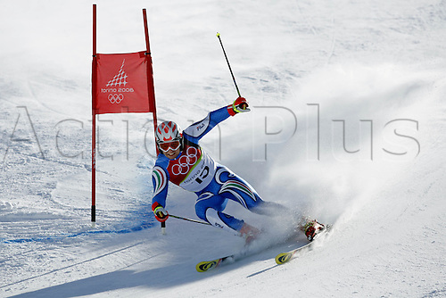 20 February 2006: Italian skier Davide Simoncelli (ITA) rounds a gate during his first run in the Men's Giant Slalom at the Sestriere sub-area Colle during the 2006 Turin Winter Olympics. Photo: Neil Tingle/actionplus..060220 torino male man men ski skiing snow