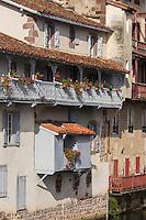 France, Pyrénées-Atlantiques (64), Pays-Basque, Saint-Jean-Pied-de-Port, Vieilles maisons basques sur les rives de la Nive // France, Pyrenees Atlantiques, Basque Country, Saint Jean Pied de Port, Old  houses on the banks of the Nive