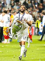LISBOA, PORTUGUAL, 24.05.2014 - LIGA DOS CAMPEOES - REAL MADRID - ATLETICO DE MADRID - Alvaro Arbeloa do Real Madrid comemora a conquista da Liga dos Campeões após a vitória por 4 a 1, na prorrogação contra o Atlético de Madrid, no estádio da Luz, em Lisboa, Portugal, neste sábado. O Real conquistou a taça da Liga pela 10ª vez. (PHOTO: PIXATHLON / BRAZIL PHOTO PRESS).