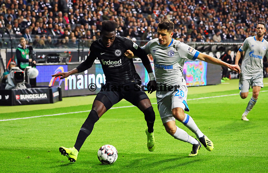 Danny da Costa (Eintracht Frankfurt) gegen Alessandro Schöpf (FC Schalke 04) - 11.11.2018: Eintracht Frankfurt vs. FC Schalke 04, Commerzbank Arena, DISCLAIMER: DFL regulations prohibit any use of photographs as image sequences and/or quasi-video.