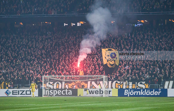Solna 2014-03-31 Fotboll Allsvenskan AIK - IFK G&ouml;teborg :  <br /> AIK supportrar med flagga och bengalisk eld n&auml;r publiken hyllar fd AIK m&aring;lvakt Ivan Turina i matchminut 27<br /> (Foto: Kenta J&ouml;nsson) Nyckelord:  AIK Gnaget Solna IFK G&ouml;teborg Bl&aring;vitt supporter fans publik supporters