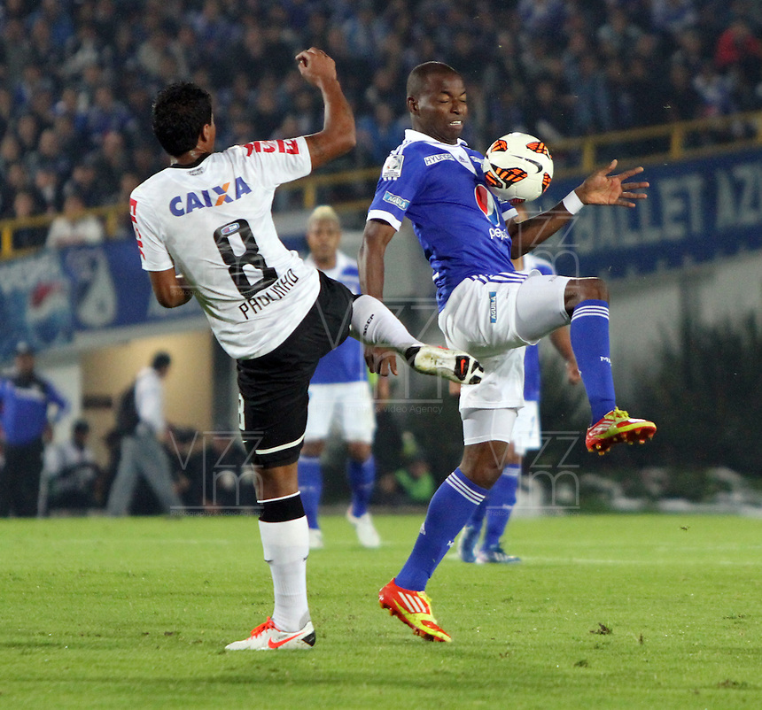 BOGOTA - COLOMBIA - 03-04-2013: Wason Renteria (Der.) de Millonarios de Colombia, disputa el balón con Paulinho  (Izq.) de Corinthians de Brasil, durante partido en el estadio Nemesio Camacho El Campín de la ciudad de Bogotá, partido por el grupo 5 de la Copa Bridgestone Libertadores 2013, abril 3 de 2013.  (Foto: VizzorImage / Felipe Caicedo / Staff). Wason Renteria  (R)  of  Millonarios  from Colombia fights for the ball with  Paulinho (L) of Corinthians from Brazil during a match for the group 5  of the Copa Bridgestone  Libertadores 2013,  at Nemesio Camacho El Campin Stadium in Bogota city, on April 3, 2013, (Photo: VizzorImage / Felipe Caicedo / Staff)