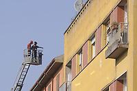 - terremoto in Emilia, i Vigili del Fuoco controllano la stabilit&agrave; di un palazzo a Crevalcore<br /> <br /> - Emilia earthquake, firefighters control the stability of a building in Crevalcore
