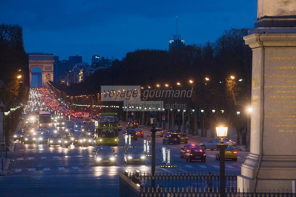 Europe/France/Ile-de-France/75008/Paris: Les Champs Elysées et l' Arc de Triomphe,au premier plan l' Obélisque de Louqsor