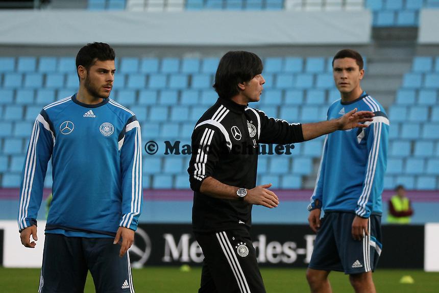 Kevin Volland und Jonas Hector mit Bundestrainer Joachim Loew - Abschlusstraining Deutschland in Vigo