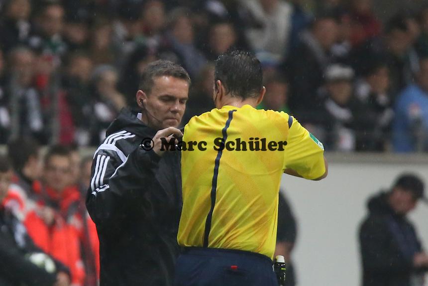 Schiedsrichter Knut Kirchners Mikrofon muss repariert werden - Eintracht Frankfurt vs. Borussia Mönchengladbach, DFB-Pokal 2. Runde, Commerzbank Arena