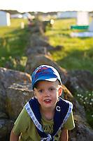 Ossian climbs a stonewall. Photo: Magnus Fröderberg/Scouterna