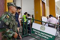 NEIVA - COLOMBIA - 02 - 10 - 2016: Unidades del Ejercito de Colombia, vigilan a la entrada de las urnas para votar durante el Plebisto, escribiendo un nuevo capitulo en la historia del pais. Hoy los colombianos acuden a las urnas para decir SI o NO al acuerdo de Paz firmado entre el Gobierno y las Fuerzas Armadas Revolucionarias de Colombia Ejercito del Pueblo (FARC-EP) / Colombia Army units, guard at the entrance to the polls to vote, writing a new chapter in the history of the country. Today Colombians go to the polls to say YES or NO to the peace agreement signed between the government and the Revolutionary Armed Forces of Colombia People's Army (FARC-EP) Photo: VizzorImage / Sergio Reyes / Cont.