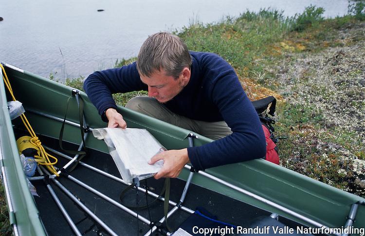Mann leser kart. ---- Man studying map.