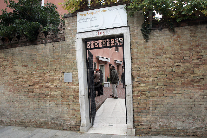L'entrata della Peggy Guggenheim Collection a Venezia.<br /> The entrance of the Peggy Guggenheim Collection museum in Venice.<br /> UPDATE IMAGES PRESS/Riccardo De Luca