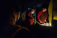 November 21, 2014 - Kathmandu (Nepal). Devotees pray in the early morning inside the Boudhanath stupa in Kathmandu - also known as Bodnath, is the biggest stupa in Nepal and the holiest Tibetan temple outside Tibet. © Thomas Cristofoletti / Ruom