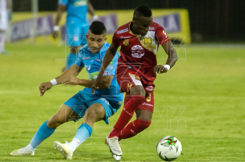RIONEGRO - COLOMBIA, 02-10-2019: Jader Obrian de Rionegro disputa el balón con Juan Silgado de Jaguares durante partido por la fecha 14 entre Rionegro Águilas y Jaguares de Córdoba como parte de la Liga Águila II 2019 jugado en el estadio Alberto Grisales de la ciudad de Rionegro. / Jader Obrian of Rionegro vies for the ball with Juan Silgado of Jaguares during atch for the date 14 between Rionegro Aguilas and Jaguares de Cordoba as a part Aguila League II 2019 played at Alberto Grisales stadium in Rionegro city. Photo: VizzorImage / Juan Torres / Cont