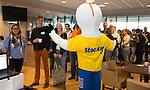 DEN HAAG - STOCKEY. de Vrijwilligers voor het World Cup Hockey 2014 kwamen zaterdag in het Kyocera voetbalstadion voor het eerst bijeen. FOTO KOEN SUYK
